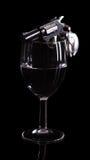 Pistola in un bicchiere di vino Fotografia Stock Libera da Diritti
