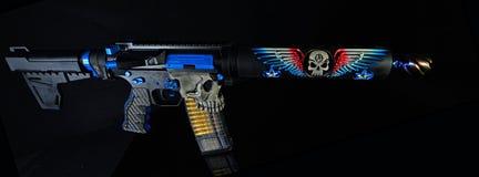 Pistola variopinta di abitudine AR15 isolata su HDR nero Immagini Stock Libere da Diritti
