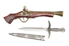 Pistola y daga fotografía de archivo libre de regalías