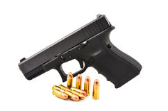 Pistola y munición. imagen de archivo
