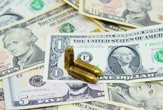 Pistolas en billetes de banco del dólar Imagen de archivo
