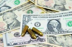 Pistolas en billetes de banco del dólar Fotos de archivo libres de regalías