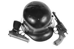 Pistolas y casco fotos de archivo
