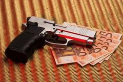 Pistole über Eurorechnungen Lizenzfreie Stockfotos