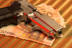Pistole über Eurorechnungen Stockfotografie