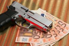 Pistole über Eurorechnungen Lizenzfreies Stockbild