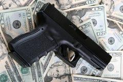 Pistole auf Geld stockfoto