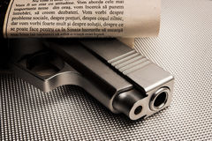 Pistole in der Zeitung Stockfoto