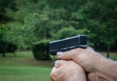 Pistole, die angestrebtes Ziel ist Feuerwaffe für Personenschutz Lizenzfreie Stockbilder