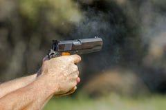 Pistole, die Live Fire raucht Stockbilder