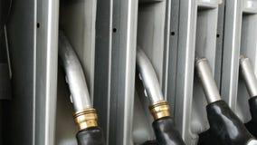 Pistole differenti per caduta di versamento della benzina nella fila alla stazione di servizio Ugello della pompa del combustibil archivi video