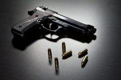 Pistole e munizioni fotografia stock libera da diritti