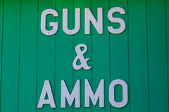 Pistole e segno delle munizioni Immagini Stock