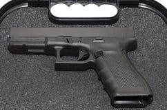 Pistole in einem Fall Stockbild