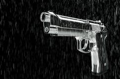 Pistole im Regen Lizenzfreie Stockfotografie