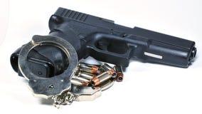 Pistole mit Handschellen Stockbilder