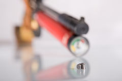 Pistole mit zwei Gewehrkugeln Stockfotografie