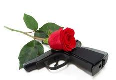 Pistole und ein Rotes stiegen Stockfotografie