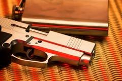 Pistole und Flasche Stockfoto