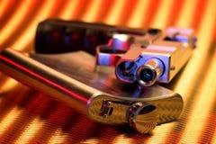 Pistole und Flasche Stockfotografie
