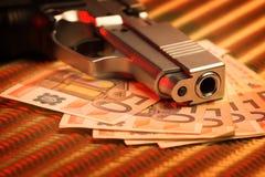 Pistole und Geld Stockfotos