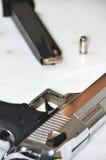 Pistole und Kugel Lizenzfreie Stockfotografie