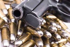 Pistole und Gewehrkugeln Stockfotografie