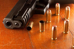 Pistole und Gewehrkugeln Stockbild
