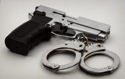 Pistole und Handschellen Lizenzfreie Stockfotos