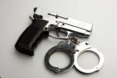 Pistole und Handschellen Lizenzfreie Stockfotografie