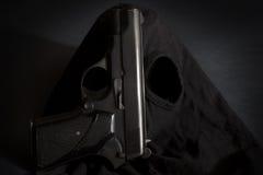 Pistole und Maske eines Diebhintergrundes 3 lizenzfreie stockfotografie