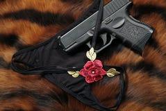 Pistole und Unterwäsche stockfotos