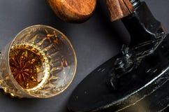 Pistole, whiskey e sigaro Fotografie Stock Libere da Diritti