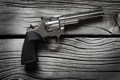 Pistolen-Pistolen auf alten hölzernen Waffen für Selbstverteidigung stockfoto