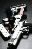 Pistolen en blad Royalty-vrije Stock Afbeeldingen