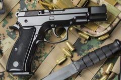 Pistolen met een mes stock afbeelding