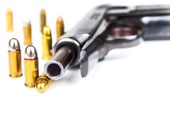 Pistoler och nav på en vit bakgrund Försvarbegrepp Detalj av vapnet armar uthärdar rakt till royaltyfri bild