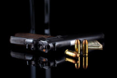 Pistolet 1911 avec des munitions sur le noir Image libre de droits