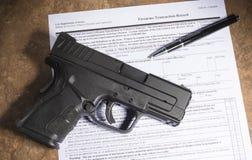 Pistolet avec un stylo et écritures pour son achat Photo libre de droits