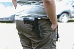 Pistolet dans l'étui Les trains de tireur Prépare pour tirer à la cible photos libres de droits