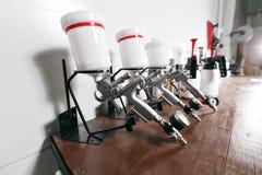 Pistolet de pulvérisation sur la table en bois Dans le service automatique utilisé pour la peinture et le revêtement industriels images libres de droits