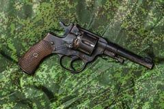 Pistolet de vintage sur le fond de camouflage de pixel Photographie stock libre de droits
