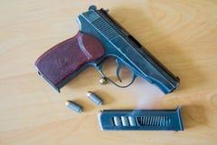 Pistolet du Russe 9mm P.M. Makarov sur la table avec l'étui, la ceinture et le support vide de pistolet Image stock