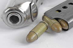 Pistolet et munitions Photographie stock