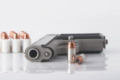 Pistolet et remboursements in fine Photographie stock