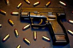 Pistolet et ronds de 9mm P+ Photos stock
