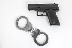 Pistolet i kajdanki zdjęcie royalty free