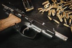 Pistolet i pociski na stole Obraz Stock