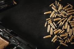 Pistolet i pociski na stole Zdjęcie Royalty Free