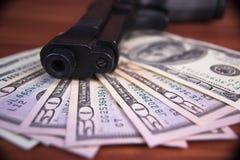 Pistolet, leki i pieniądze na drewnianym tle, Odgórny widok Zdjęcie Stock